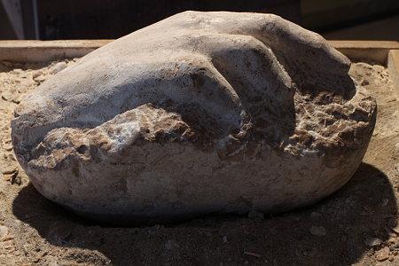 Hand, Skulptur aus rotem Kalkstein