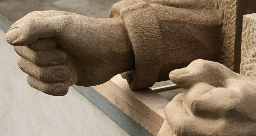 Hände, Sandsteinskulptur